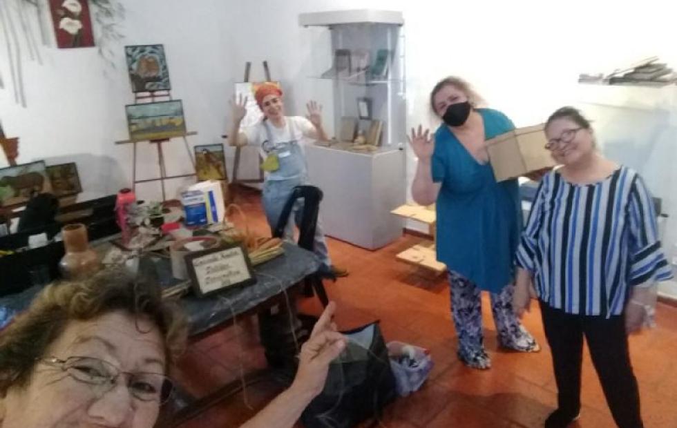 Artesanas exponen en Casa Molinas