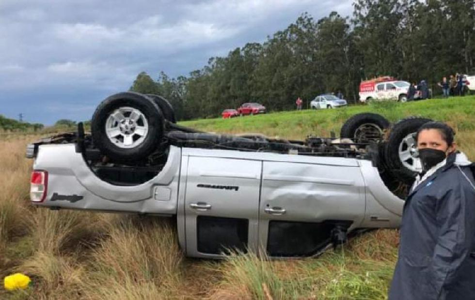 Camión y camioneta volcaron producto del fuerte temporal
