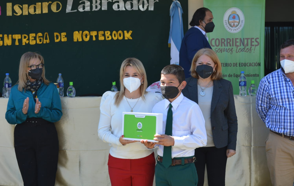 La ministra Benítez entregó notebooks y tabis a escuelas de San Isidro