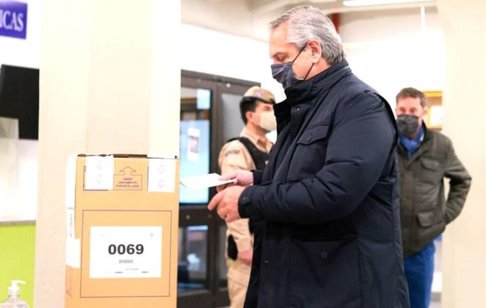 Investigarán por qué las urnas en las que votaron Alberto Fernández y Macri tenían la faja semi rasgada